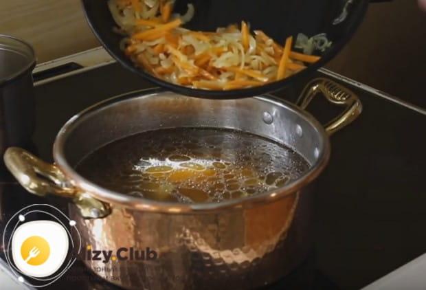 Перекладываем картошку, мясо из бульон а и зажарку с наш суп.