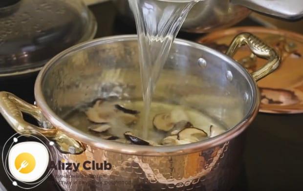 Заливаем грибы приготовленным заранее куриным бульоном.