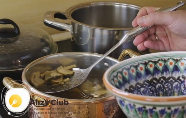 КОгда грибы закипят и поднимутся на поверхность, вынимаем их из бульона при помощи шумовки.