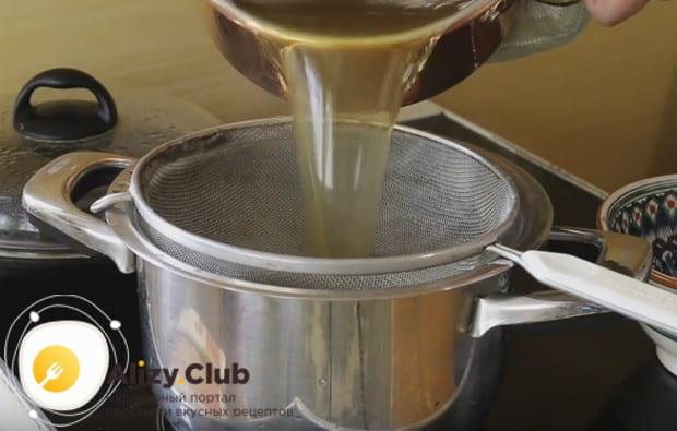 Непременно процеживаем бульон через самое мелкое сито, чтобы в суп не попали песчинки с грибов.