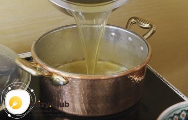 Переливаем бульон в кастрюлю,в которой продолжим готовку блюда.