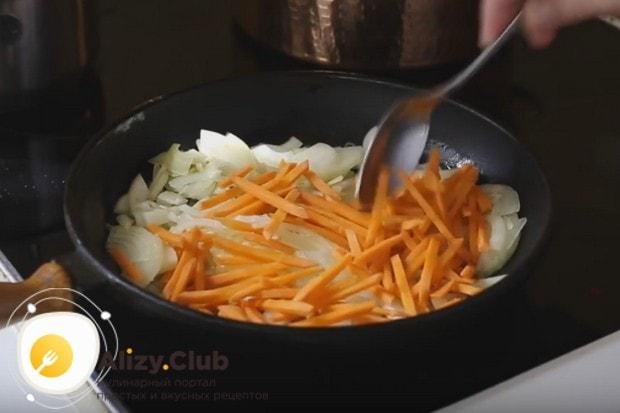 нарезаем лук и морковь и выкладываем их на сковороду со сливочным маслом.