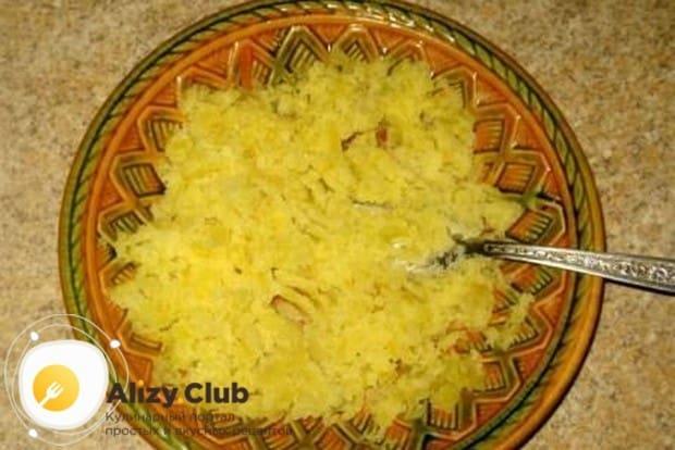 Картошку достаем из супа и разминаем вилкой.