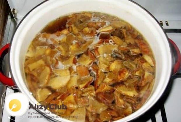 Перекладываем грибы со сковороды в кастрюлю, в которой у нас уже варится картошка.