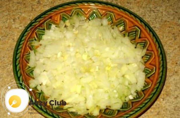 Мелко режем одну-две луковицы.