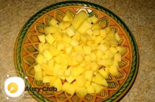 Кубиками нарезаем картошку.