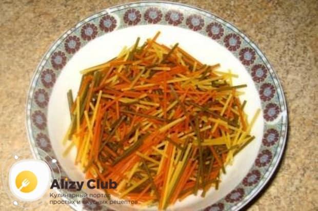 Подготовим вермишель или спагетти, поломав их.