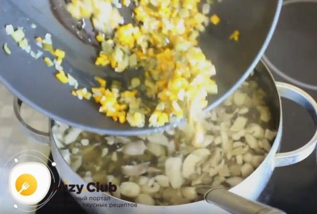 Перекладываем овощную зажарку в суп.