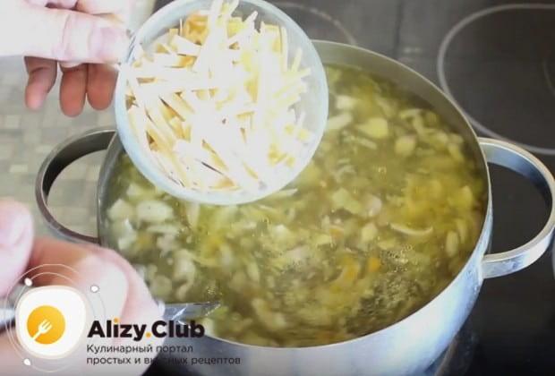 За несколько минут до окончания варки выкладываем в блюдо лапшу.