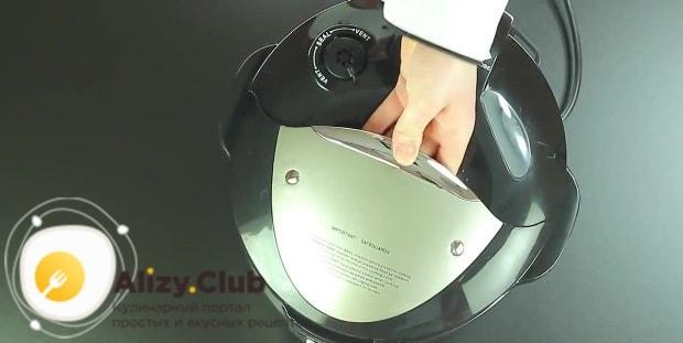 Закрываем крышку мультиварки и возобновляем процесс приготовления