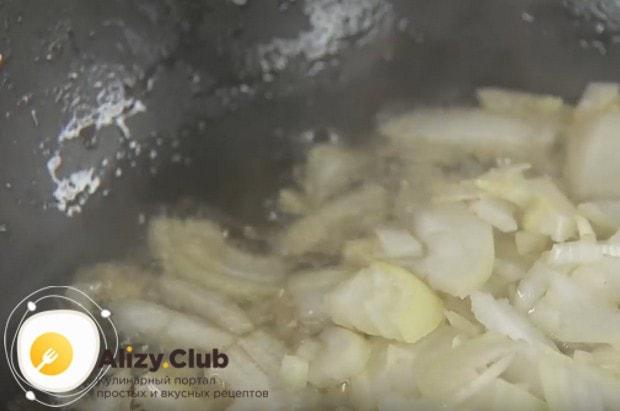 Выкладываем лук в оставшийся после шкварок жир и обжариваем.