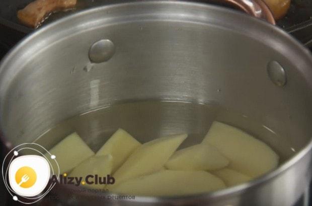 В отдельной кастрюльке ставим вариться картофель.