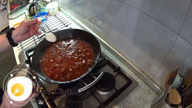 По рецепту, для приготовления гуляша из свинины, добавьте сахар.