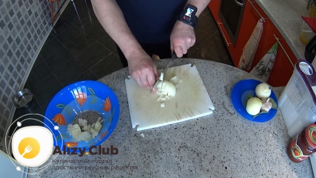 По рецепту, для приготовления гуляша из свинины, нарежьте лук.