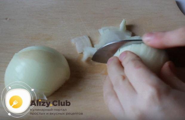 Нарезаем кубиками небольшую луковицу