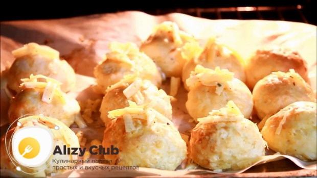 Посыпьте сырные булочки оставшимся сыром.