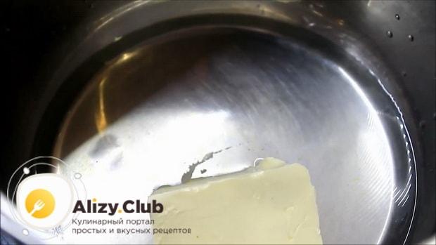 Для приготовления булочек с сыром, растопите масло.