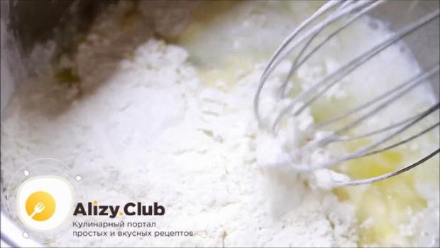 Для приготовления булочек с сыром, добавьте муку.