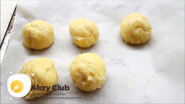 Для приготовления булочек с сыром, выложите заготовки на противень.