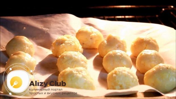 Запеките сырные булочки в духовке.