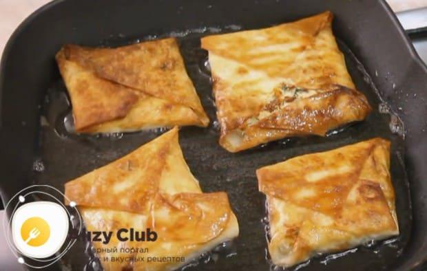 До румяности обжариваем пригоовленные по простому рецепту ленивые хачапури с творогом и сыром на сковороде.