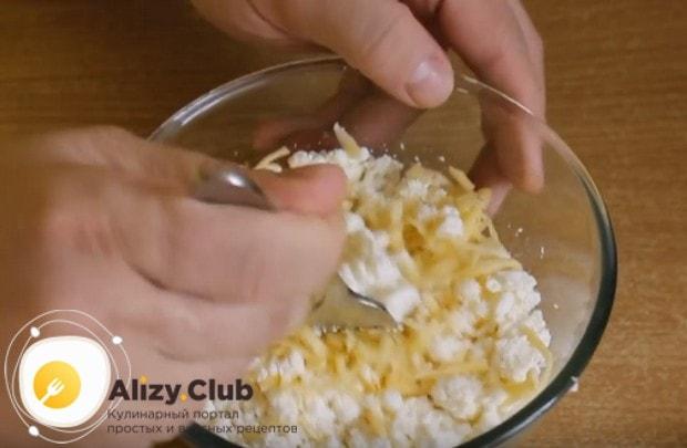 Добавляем в сыру несладкий творог и перемешиваем.