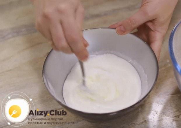 Смешиваем в миске кефир с солью и содой.