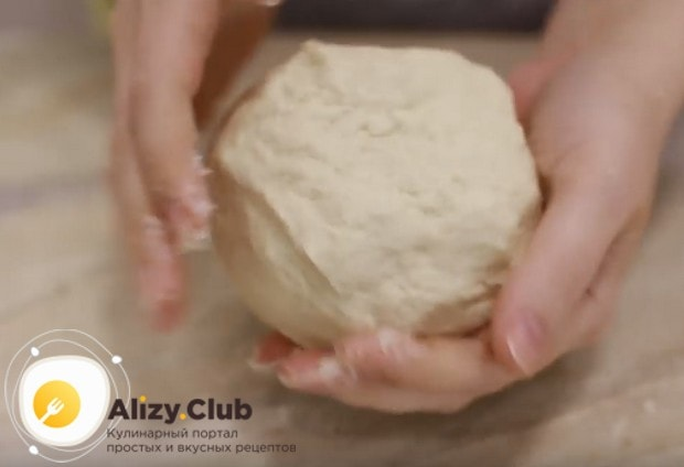 Готовое тесто получается мягким и пластичным.