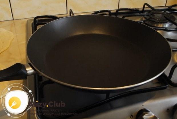 Хорошо разогреваем сковороду.
