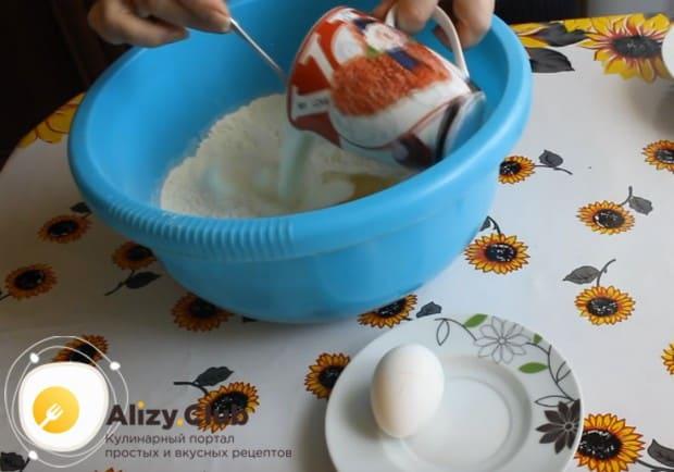 Вводим в муку кефир и выбиваем одно яйцо.