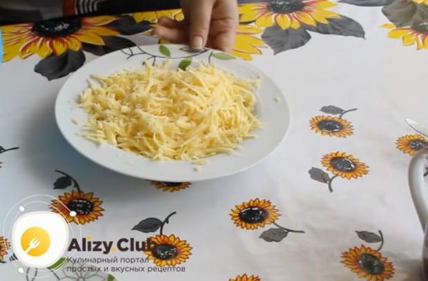 Для начинки натираем на терке сыр.