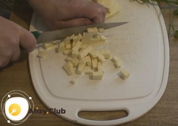 Для начинки кубиком нарезаем сыр.