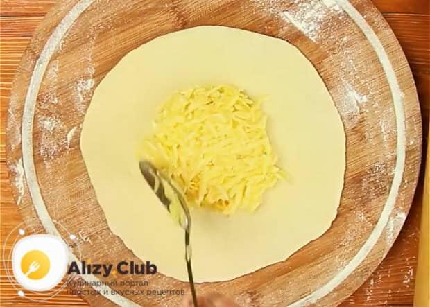 Для приготовления хачапури на сковороде, положите тесто на тесто.