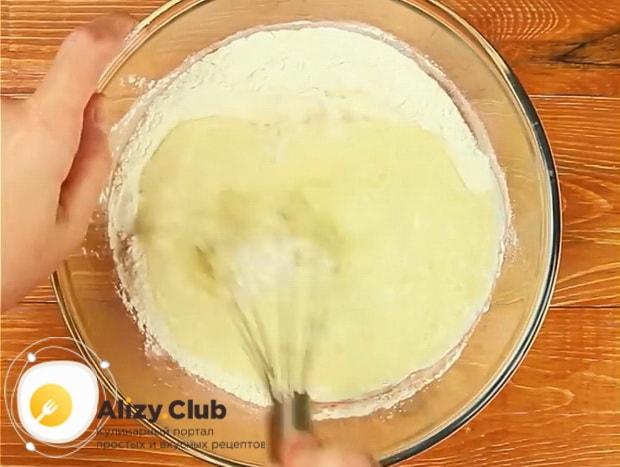 Для приготовления хачапури на сковороде, смешайте жидкие и сухие ингредиенты.