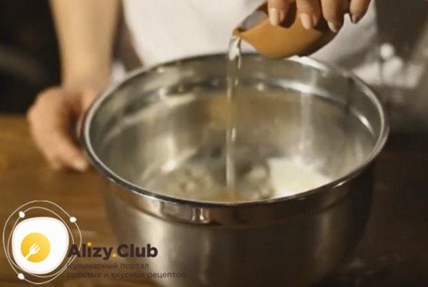Добавляем в тесто растительное масло.