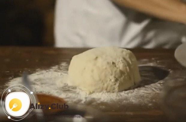 Замешиваем гладкое эластичное тесто и отправляем его в холодильник по полчаса.