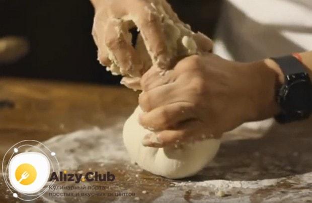 Собираем по центру края лепешки, при необходимости отрывая лишнее тесто.