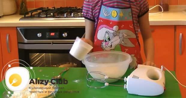 Для приготовления хачапури по тбилисски за 5 минут, приготовьте тесто.