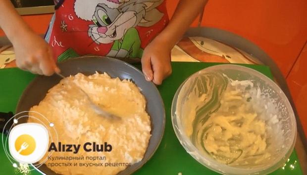 Выложите тесто для приготовления хачапури по тбилисски за 5 минут на сковородку.