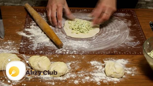 Положите начинку на тесто для приготовления хачапури с творогом