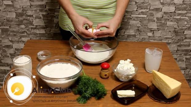 Замесите тесто для приготовления хачапури с творогом