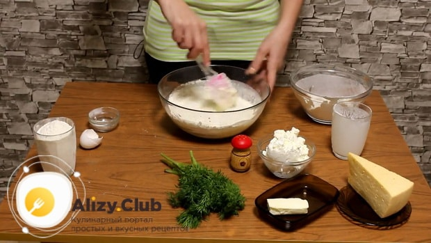 Добавьте муку в тесто для приготовления хачапури с творогом