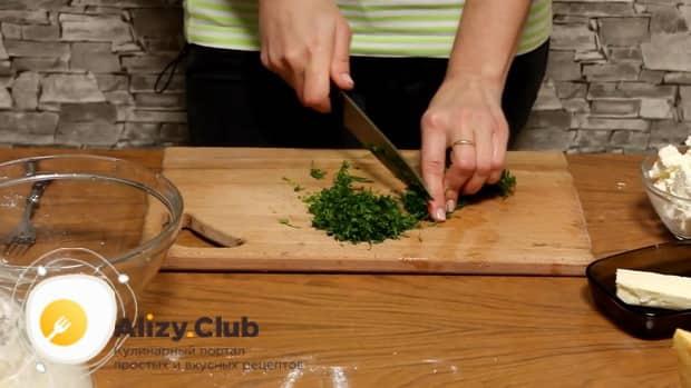 Нарежьте зелень для приготовления хачапури с творогом
