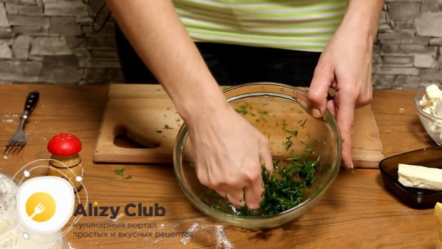 Отожмите зелень для приготовления хачапури с творогом