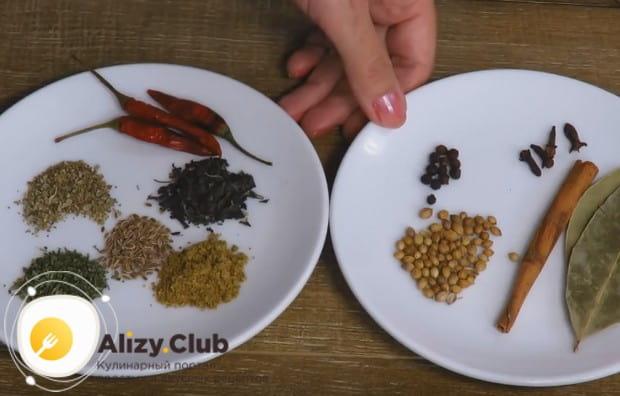 Все необходимые для приготовления блюда пряности выкладываем на отдельную тарелочку.