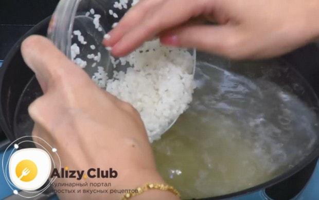 Выкладываем в кастрюлю с бульоном рис.
