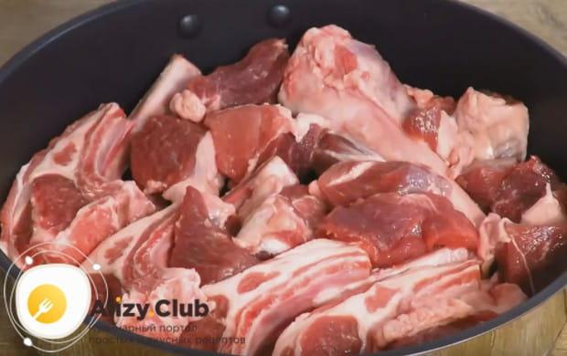 Мясо складываем в кастрюлю.