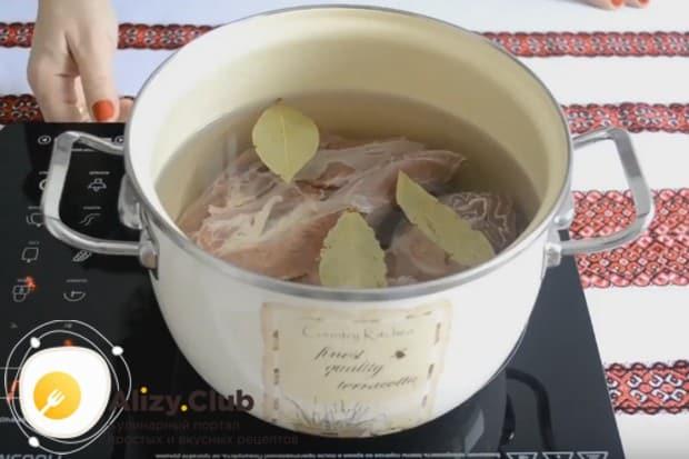 Чтобы приготовить вкусный харчо из говядины по-грузински по нашему рецепту, сначала ставим вариться мясо с лавровым листом.