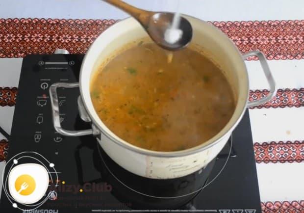 Добавляем в суп специи, а также солим по вкусу.