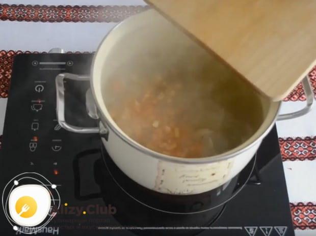 Измельчаем болгарский перец и выкладываем в кастрюлю сразу после риса.